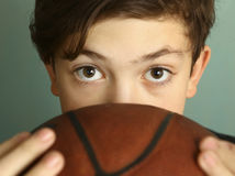 有篮球球的青少年的男孩 库存照片