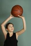 有篮球球的Teeb男孩 库存照片