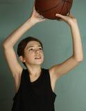 有篮球球的Teeb男孩 免版税图库摄影