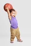 有篮球的小男孩 免版税图库摄影