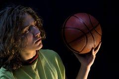 有篮球的新男孩 库存图片