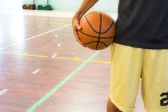 有篮球的球员 免版税库存图片