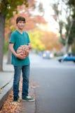 有篮球的英俊的少年 库存照片