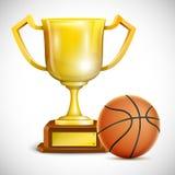 有篮球的金黄战利品杯。 库存照片