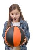 有篮球的青春期前的女孩 库存图片