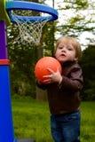 有篮球的年轻小孩男孩 免版税库存图片