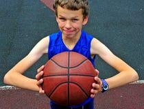 有篮球的年轻球员在法院 免版税库存图片