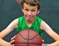 有篮球的年轻球员 免版税库存图片