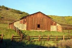 有篱芭的谷仓 免版税库存图片