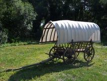 有篷布的老推车 免版税库存照片