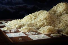 有米五谷生长堆的棋枰,概念exponen 免版税库存图片