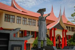 有米南佳保人的一个异常的屋顶的美丽的小屋对Mingkabau的人的一座纪念碑在苏门答腊海岛上的  库存图片