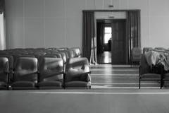 有米黄椅子、剧院或者会场黑白照片的空的观众席 库存照片