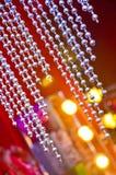 有米黄色的墙壁的小珠帷幕 选择聚焦金刚石小珠可以使用作为背景或纹理 库存照片
