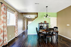 有米黄和绿色墙壁的餐厅 库存照片