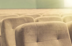 有米黄椅子、剧院或者会场的空的观众席 库存照片