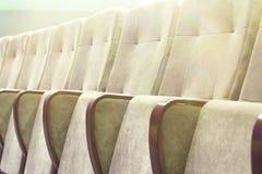 有米黄椅子、剧院或者会场的空的观众席 库存图片