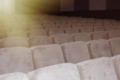 有米黄椅子、剧院或者会场的空的观众席 免版税库存照片