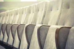 有米黄椅子、剧院或者会场的空的观众席 免版税库存图片