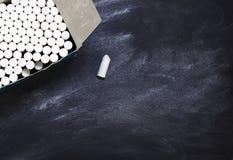 有粉笔的箱子在黑板的 免版税图库摄影