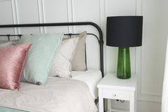 有粉红彩笔和绿色口音枕头的卧室 图库摄影