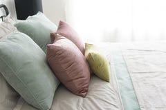 有粉红彩笔和绿色口音枕头的卧室 免版税库存照片