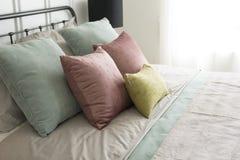 有粉红彩笔和绿色口音枕头的卧室 库存图片