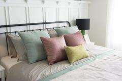 有粉红彩笔和绿色口音枕头的卧室 免版税图库摄影