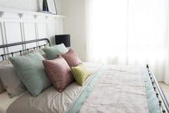 有粉红彩笔和绿色口音枕头的卧室 库存照片