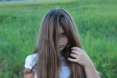 有粗野的头发的女孩在她的头 图库摄影
