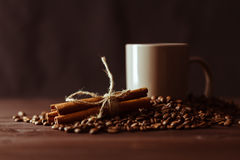 有粗麻布大袋的咖啡杯在土气桌上的烤豆 图库摄影