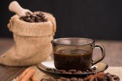 有粗麻布大袋的咖啡杯 免版税图库摄影