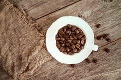 有粗麻布大袋的咖啡杯 免版税库存图片