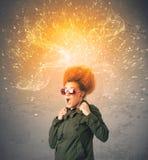 有精力充沛的爆炸的红色头发的少妇 图库摄影