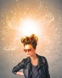 有精力充沛的爆炸的红色头发的少妇 免版税库存照片