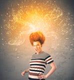 有精力充沛的爆炸的红色头发的少妇 库存图片