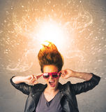 有精力充沛的爆炸的红色头发的少妇 免版税图库摄影
