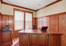 有精密书桌的豪华办公室室 免版税库存图片
