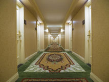 有精密地毯的旅馆走廊 免版税库存图片
