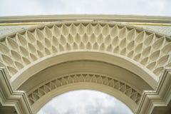 有精美细节的经典白色拱道 免版税库存图片
