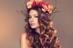 有精美花圈的女孩从花、果子和枝杈在她的头 图库摄影