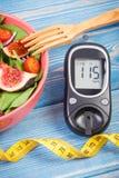有糖尿病的卷尺,概念,减肥和健康营养的水果和蔬菜沙拉和葡萄糖米 库存图片