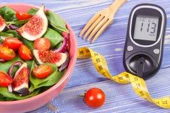 有糖尿病的卷尺,概念,减肥和健康营养的水果和蔬菜沙拉和葡萄糖米 免版税库存图片