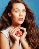 有糖果关闭的年轻人相当可爱的妇女喜欢玩偶 库存照片