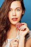 有糖果关闭的年轻人相当可爱的妇女喜欢玩偶 免版税库存图片