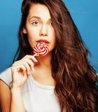 有糖果关闭的年轻人相当可爱的妇女喜欢玩偶 免版税库存照片