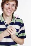 有糖果心脏的年轻人 免版税库存照片