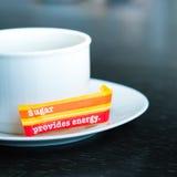 有糖袋子的杯 免版税库存图片