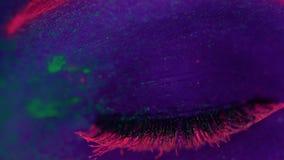 有紫外萤光构成的妇女 影视素材