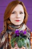 有紫罗兰的红发夫人 图库摄影